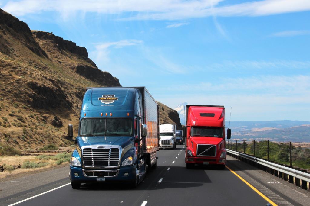 Auf der Interstate I-84 thront der Trucker, unter ihm ein fast 15 Liter großer Diesel mit 550 PS