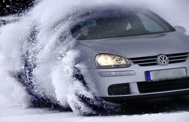 Autofahrt im Winter - Mit dem Besen ums Auto