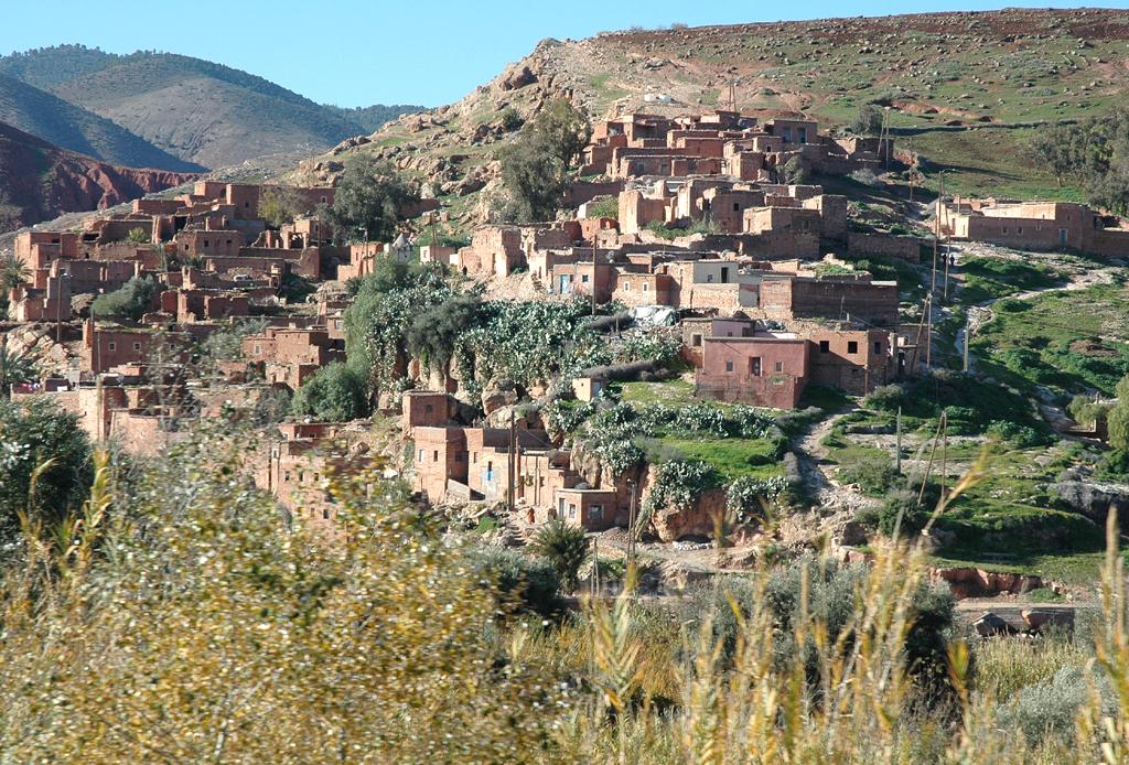 Blick auf ein Dorf in den Ausläufern des Hohen-Atlas-Gebirges bei Tahannaout.