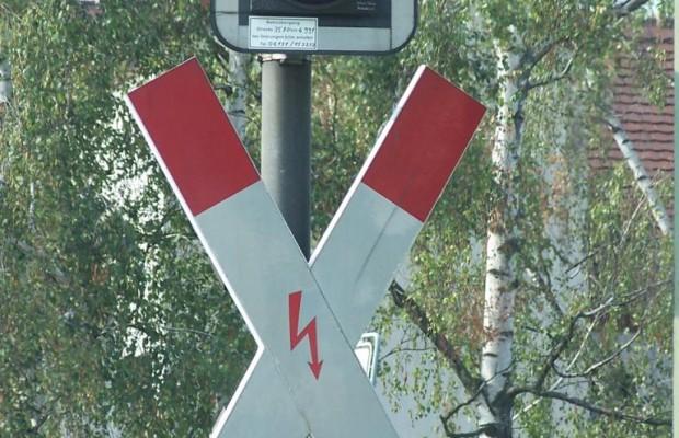 Blitzer überwachen Bahnübergang