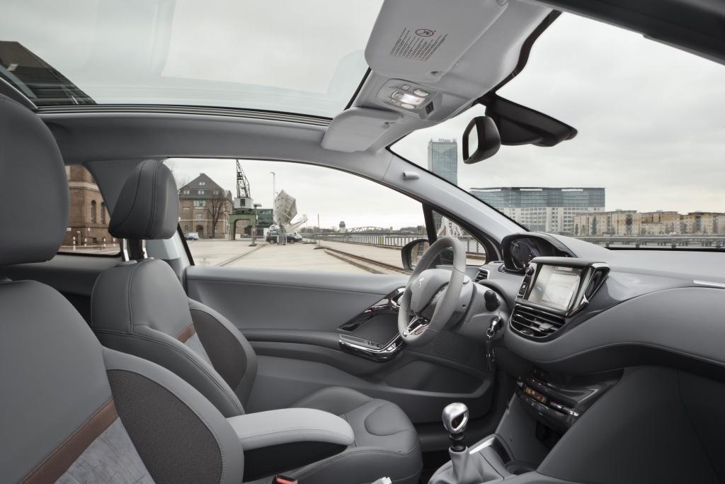 Das Panorama-Glasdach lässt die Kleinwagenmaße vergessen