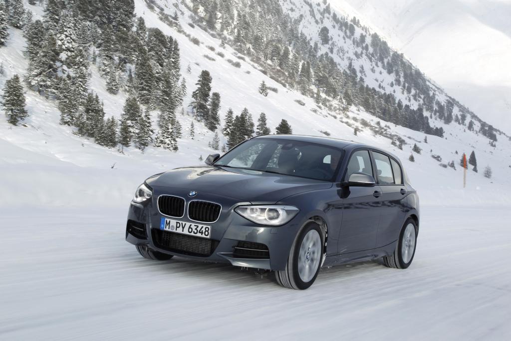 Der BMW M135i xDrive pflügt auf allen Vieren durch den Schnee