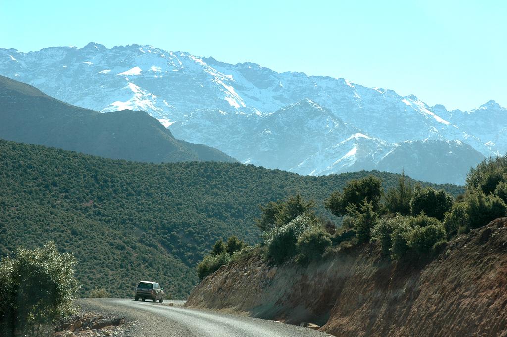 Der große Range Rover wirkt ziemlich klein in der Gebirgswelt des Hohen Atlas.