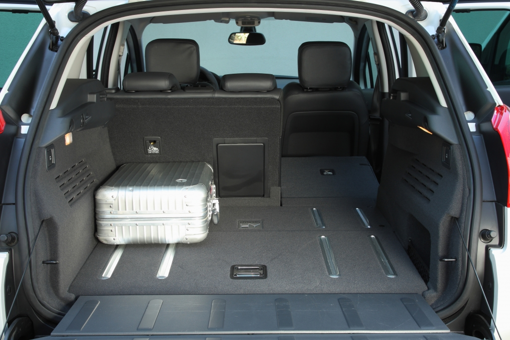 Die zweiteilige Kofferraumklappe erleichtert das Beladen. Hier passen 377–1.185 Liter rein