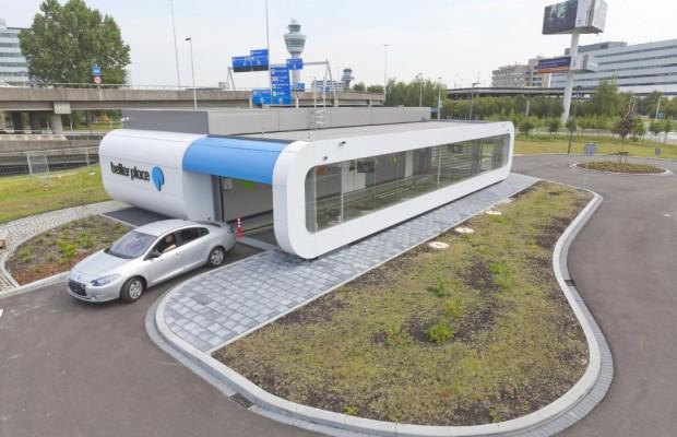 Elektromobilität - Better Place fährt im Taxi vor