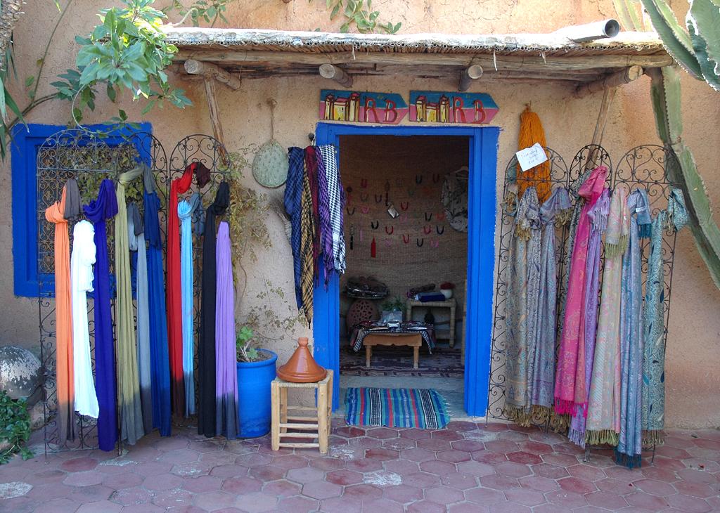 Farbenfrohe Einkaufsmöglichkeit nicht in der Stadt, sondern auf dem Land.