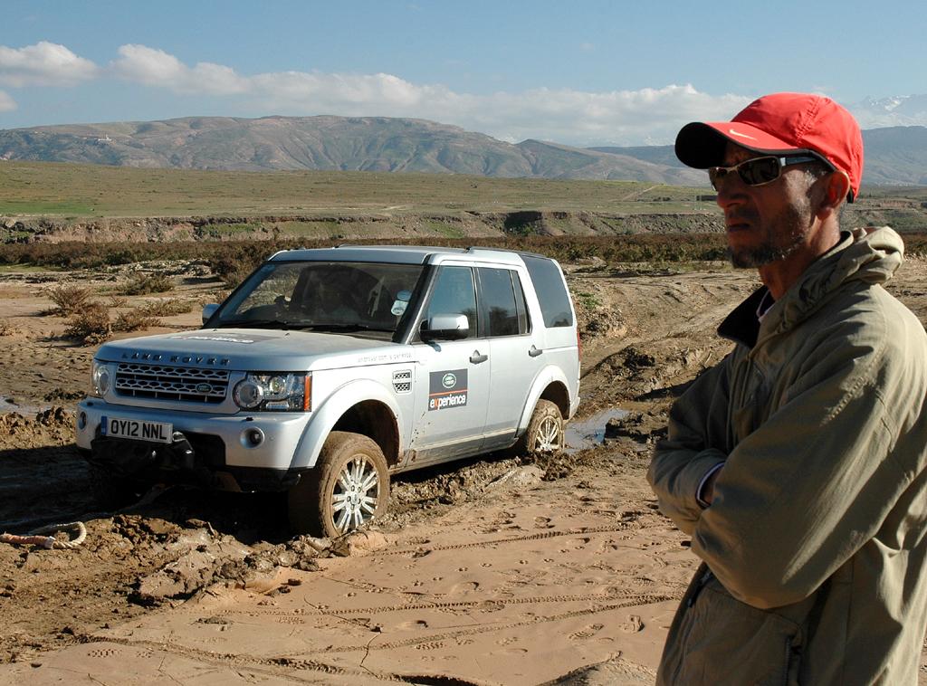 Im Schlamm festgefahrener Land Rover, Tour-Begleiter Ahmed Bassir.