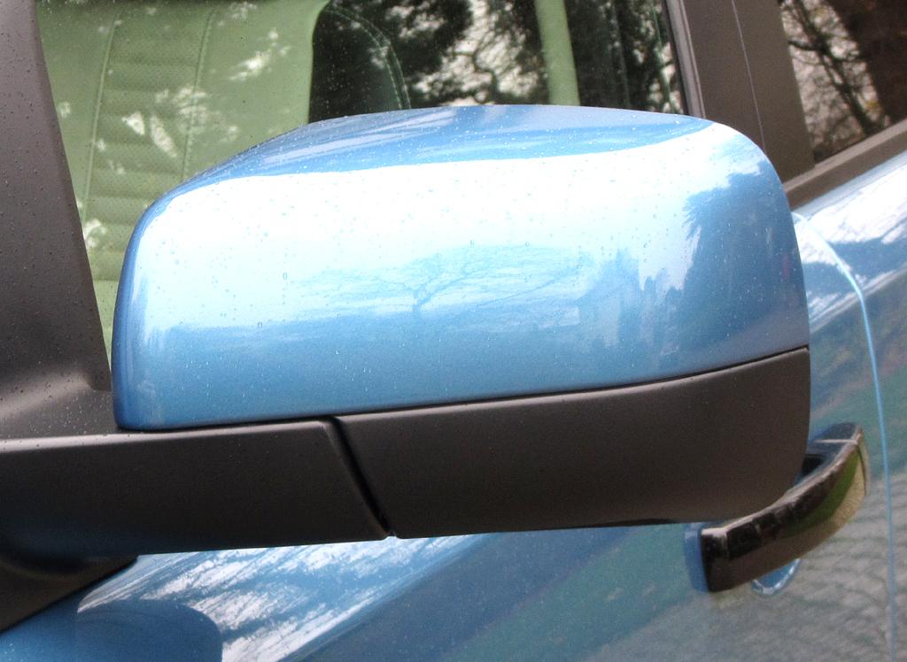 Land Rover Freelander: Blick auf den Außenspiegel auf der Fahrerseite.