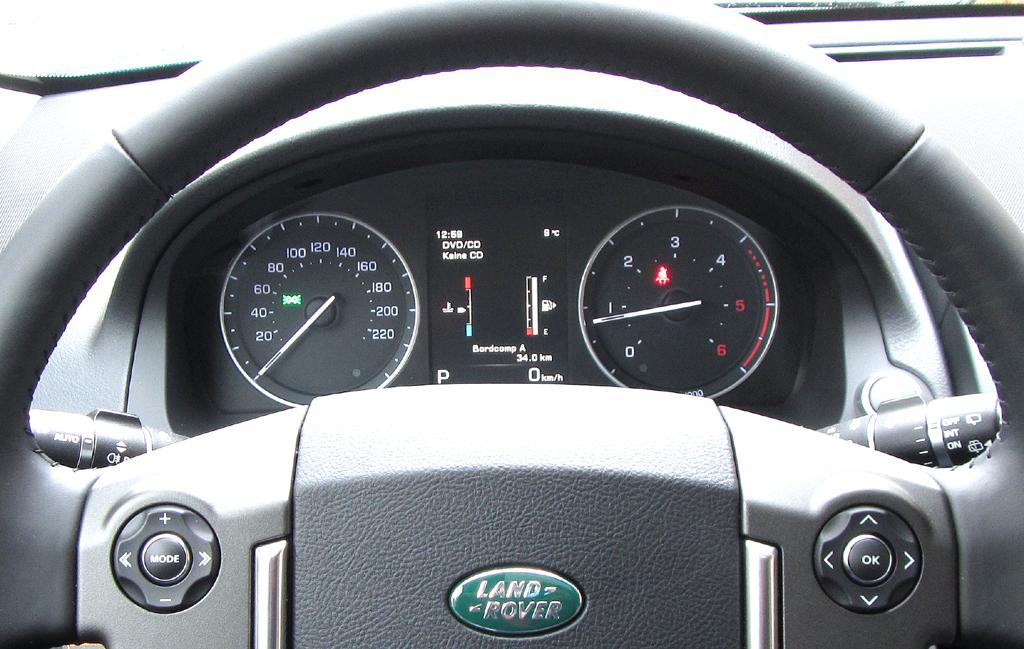 Land Rover Freelander: Blick durch den Lenkradkranz auf die Rundinstrumentierung.