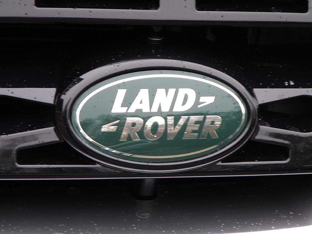 Land Rover Freelander: Das Markenlogo sitzt vorn seitlich im Kühlergrill.