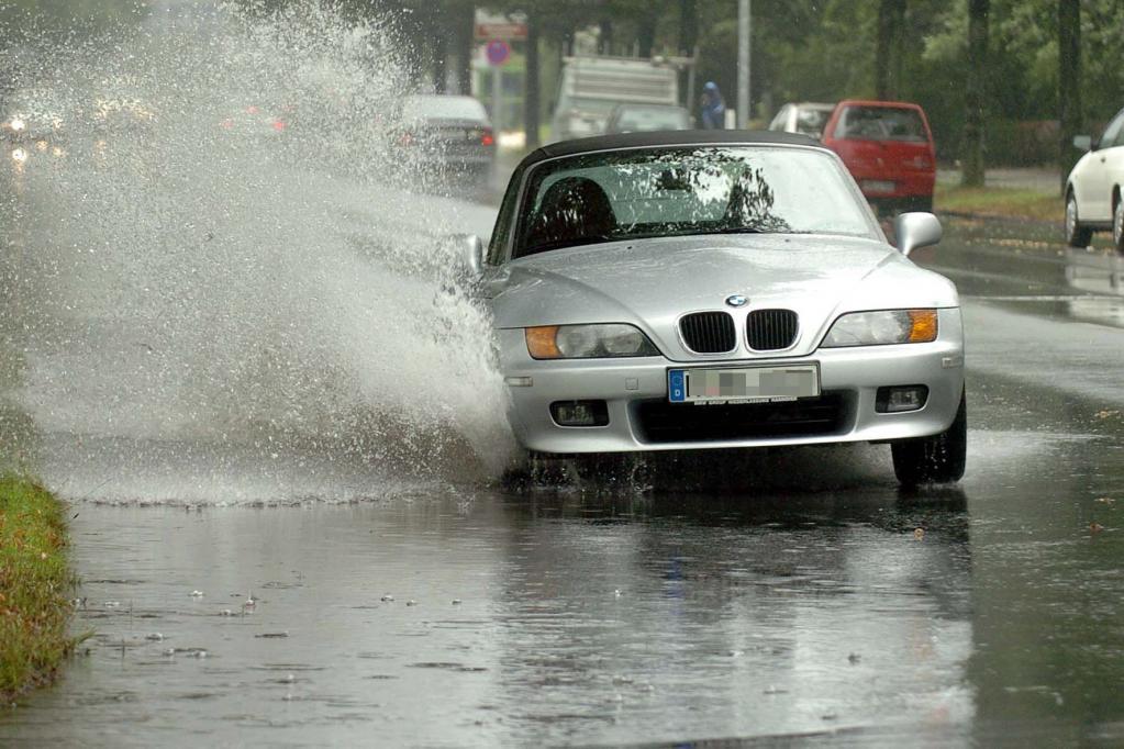 Recht: Straßenschäden durch Starkregen - Stadt zahlt bei notorisch lockerem Gullydeckel