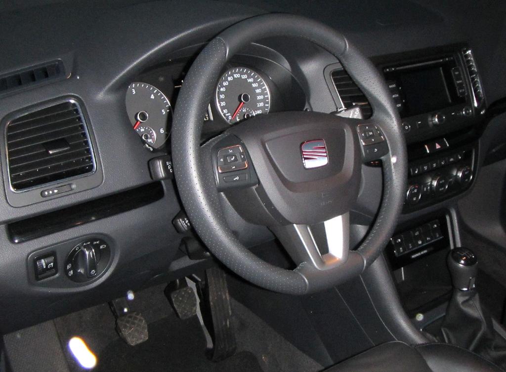 Seat Alhambra: Blick ins recht übersichtlich gestaltete Cockpit.