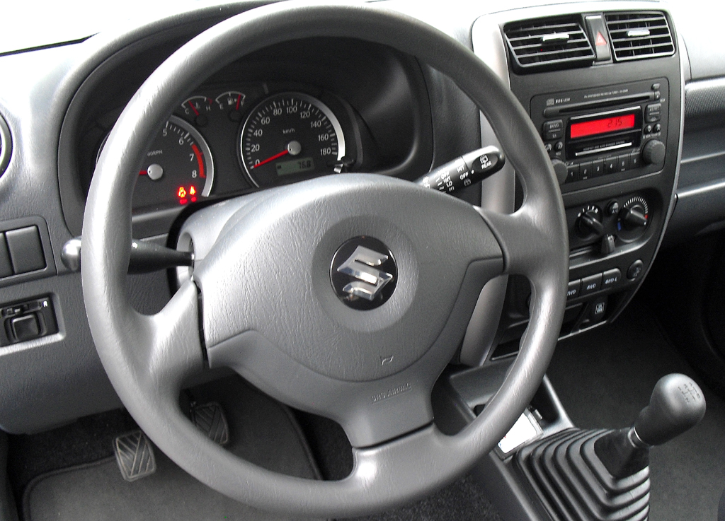 Suzuki Jimy: Blick ins sachlich-nüchtern gehaltene Cockpit.