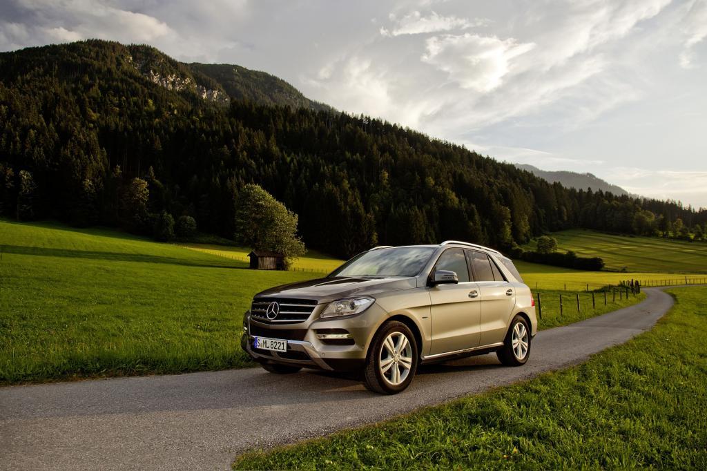 Unter den SUV eine Bank: der Mercedes ML