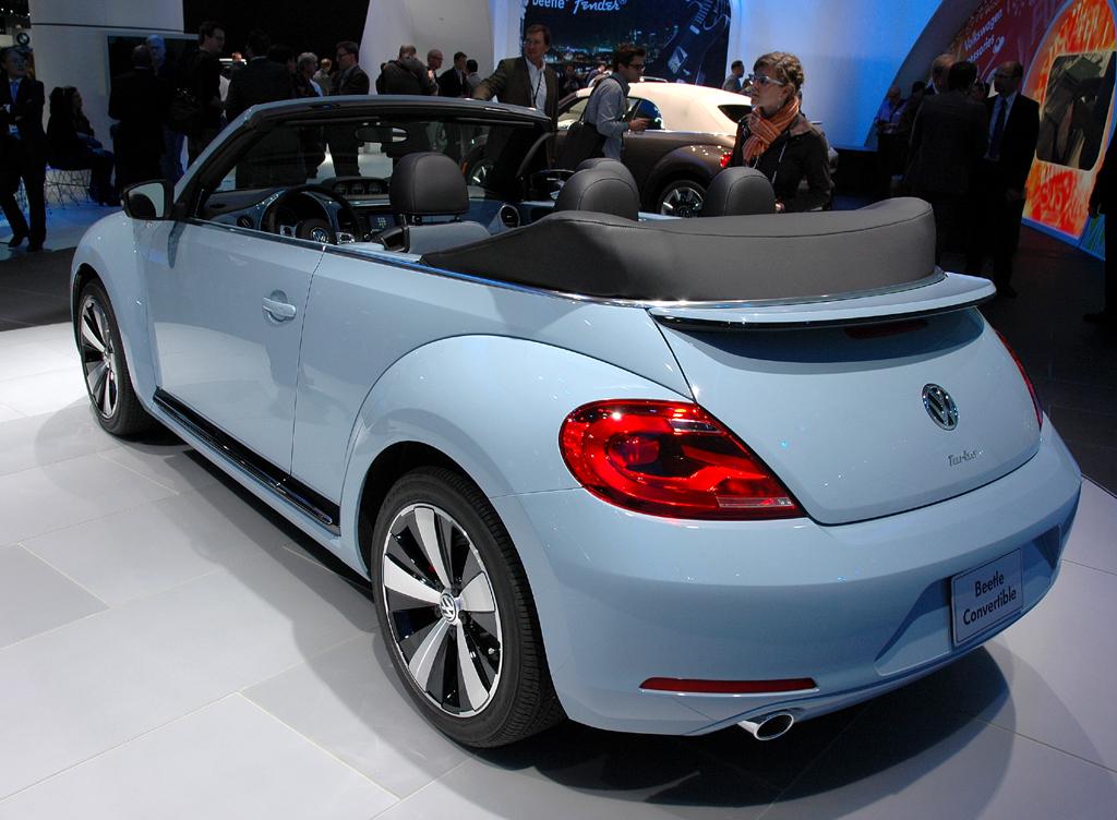 VW Beetle Cabrio: Heck-/Seitenansicht bei geöffnetem Verdeck.