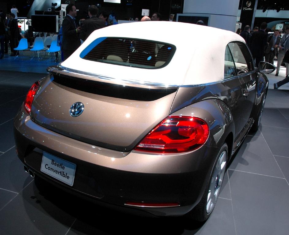 VW Beetle Cabrio: Heck-/Seitenansicht bei geschlossenem Verdeck.