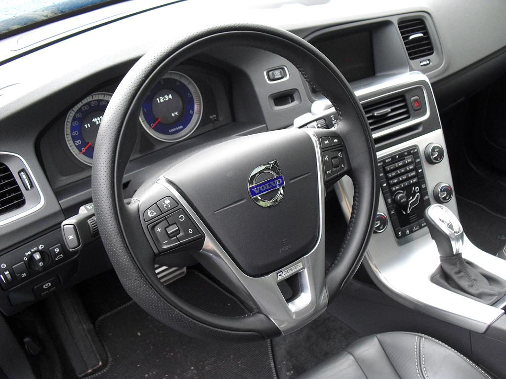 Volvo S60: Blick ins Cockpit mit der typischen Mittelkonsole, die frei zu schweben scheint.