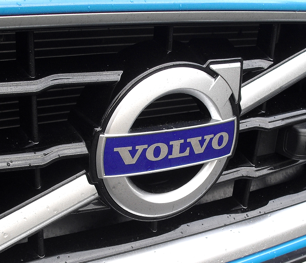 Volvo S60: Das Markenlogo sitzt vorn mittig in einer Chromdiagonalen im Kühlergrill.