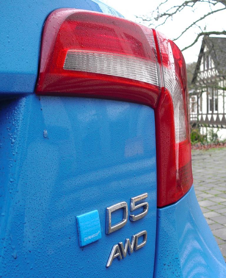 Volvo S60: Moderne Leuchteinheit am Heck mit Motorisierungs- und Antriebsschriftzügen.