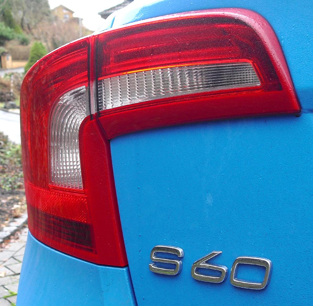 Volvo S60: Umgreifende Leuchteinheit am Heck mit Modellschriftzug.