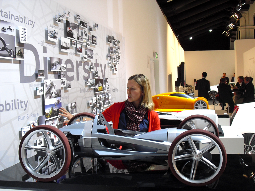 (Design-)Entwicklerin Dr. Cornelia Menzel gibt Erläuterungen beim Audi-Zukunftsworkshop.
