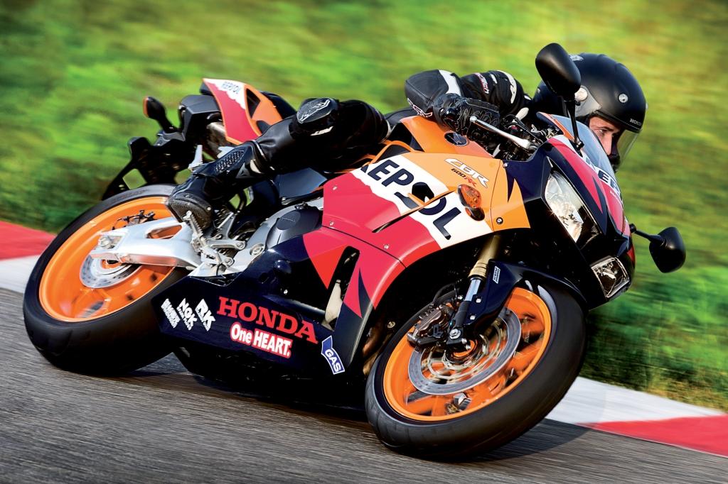 Die Honda CBR 600 RR wird als Einheitsmodell in der Moto-2-Weltmeisterschaft genutzt und fährt mit Änderungen an Fahrwerk und Verkleidung in die neue Saison. © Honda