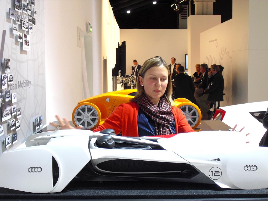 Audi-Entwicklerin Menzel an einem weiteren Zukunftsmodell der Marke.