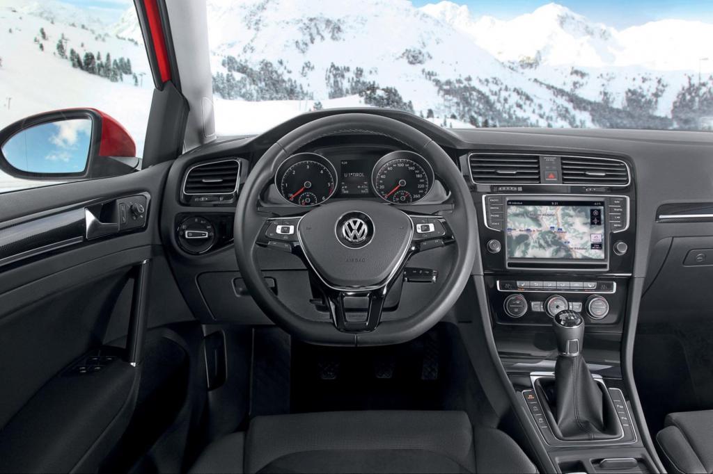 Das Cockpit entspricht dem der frontgetriebenen Varianten