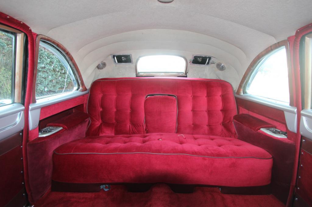 Eisenhowers Limousine ist mit einem wunderbaren rotes Plüschsofa bestückt