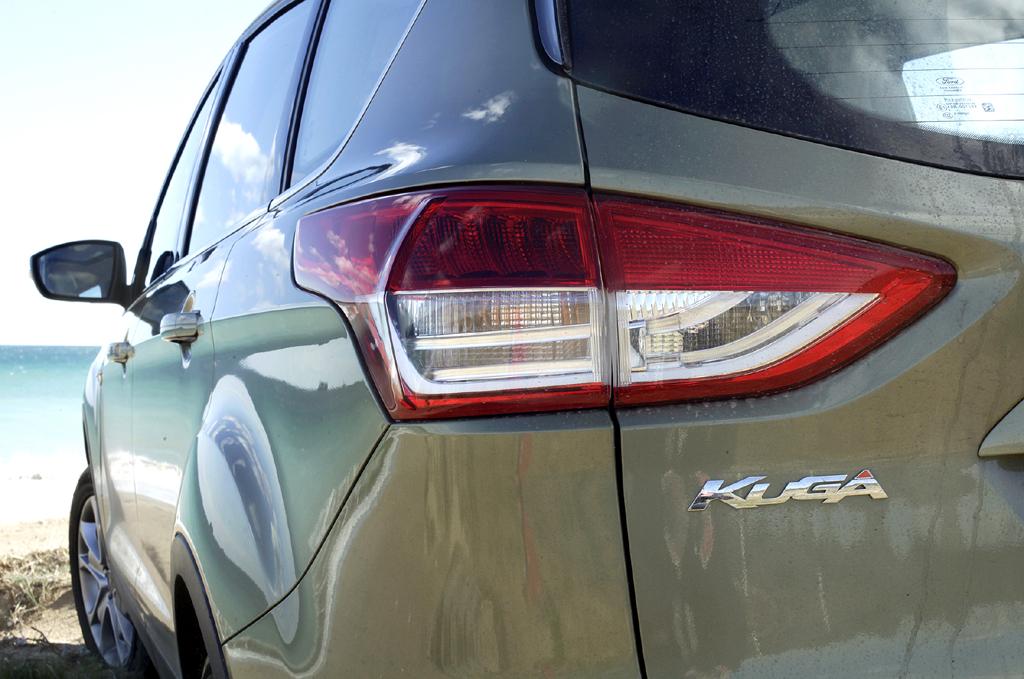 Ford Kuga: Horizontal ausgerichtete Leuchteinheit am Heck mit Modellschriftzug.