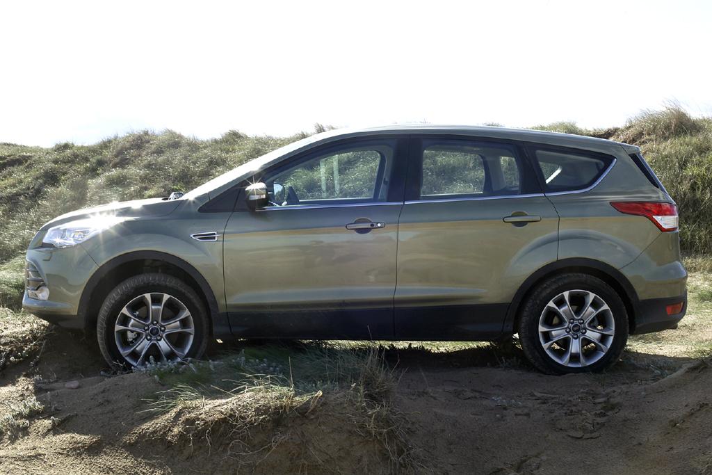 Ford Kuga: So sieht das kompakte fünftürige SUV-Modell von der Seite aus und ...