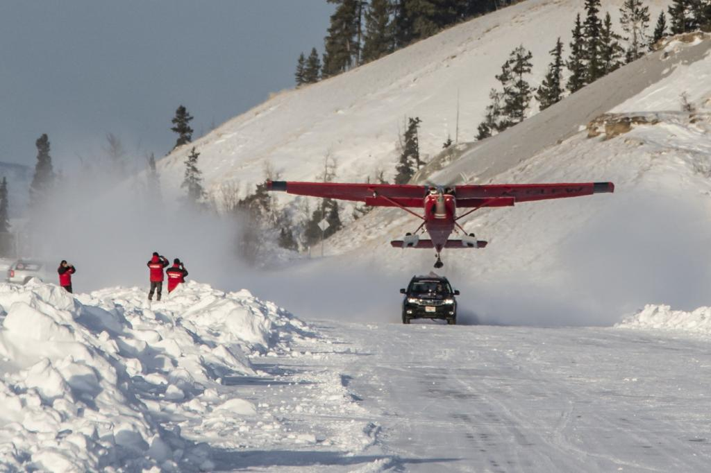 Hinter das Fahrzeug wurde eine Cessna 180 auf einen Schlitten gesetzt