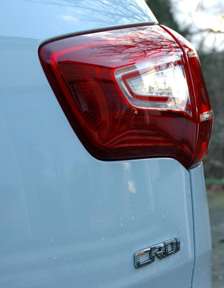 Kia Sportage: Großformatige Leuchteinheit hinten mit Motorisierungsschriftzug.