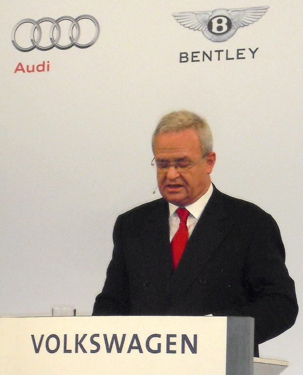 Konzernchef Martin Winterkorn trägt beim Konzernabend in Detroit die Bilanz 2012 vor ...