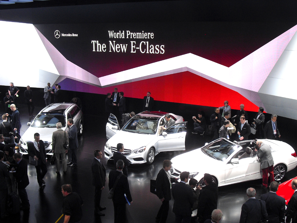Mercedes-Stand mit neuer E-Klasse bei der Autoschau gerade in Detroit.
