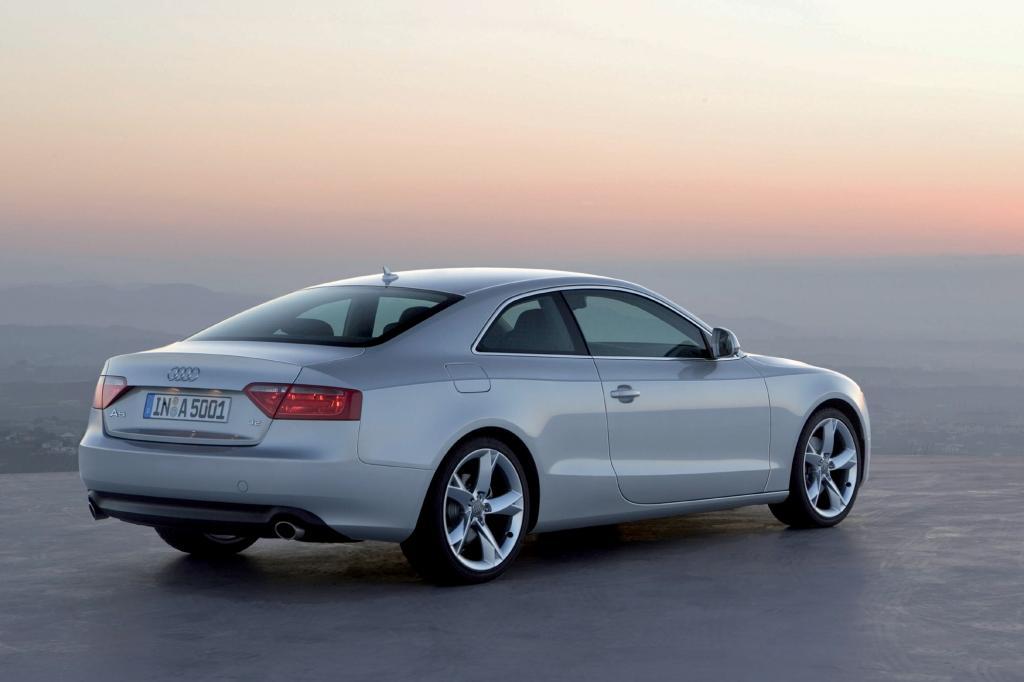 Neben dem zweitürigen Coupé bietet Audi seit 2009 auch ein Cabrio an, Ende des Jahres folgte der Sportback