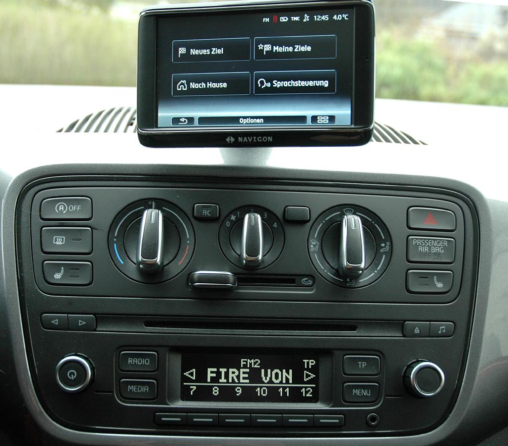 Seat Mii: Blick auf den mittleren Armaturenträger mit dem portablen Infotainmentsystem oben.