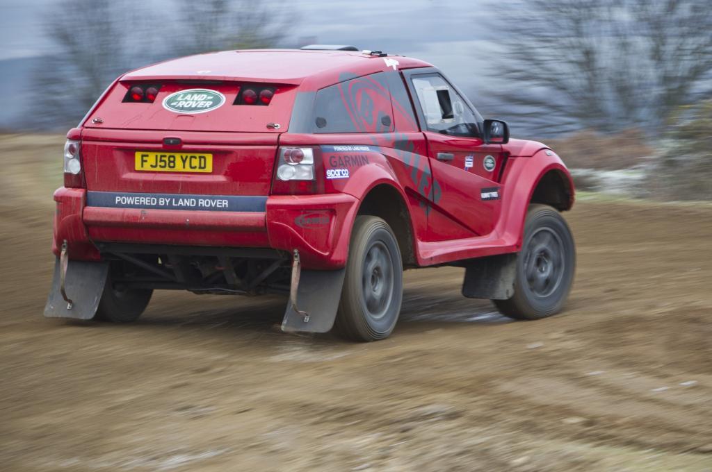 Unter der Haube brüllt der fünf Liter große Achtzylinder aus dem Range Rover