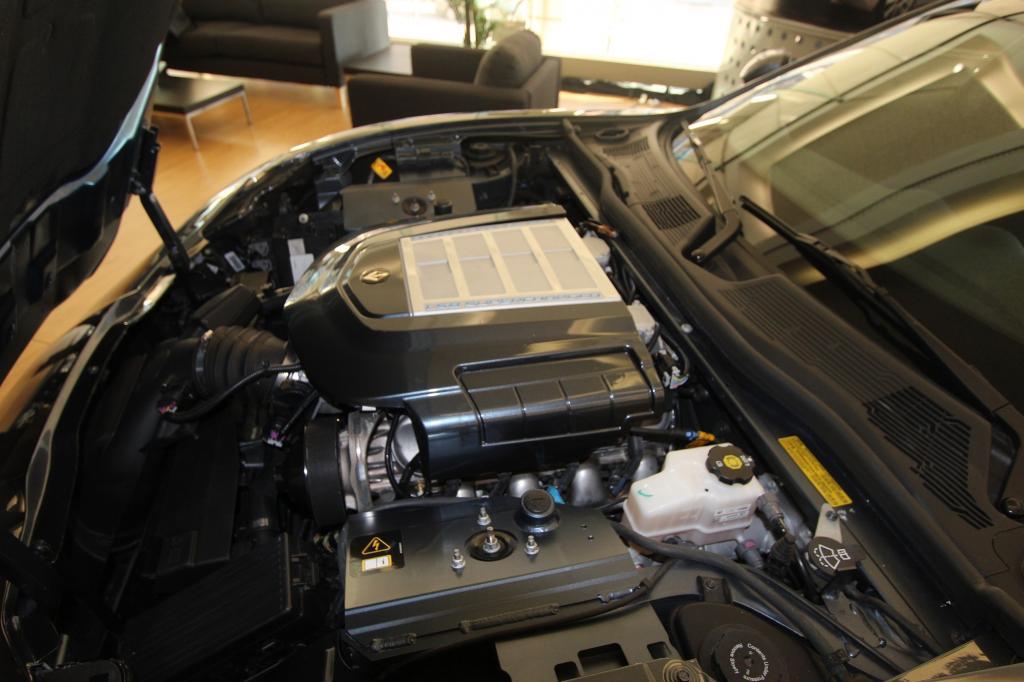V8 statt E-Motor im Motorraum des umgebauten Fisker