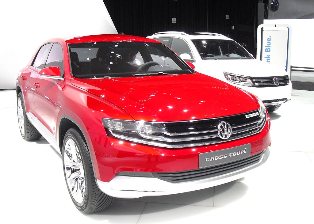 VW-CrossCoupé-Konzeptauto neben dem Kompakt-SUV-Tiguan.