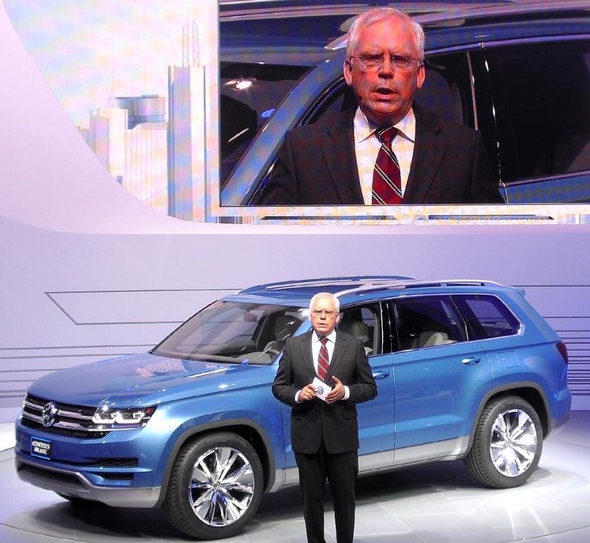 VW-Entwicklungschef Ulrich Hackenberg stellt die SUV-Studie CrossBlue vor. Fotos: Koch