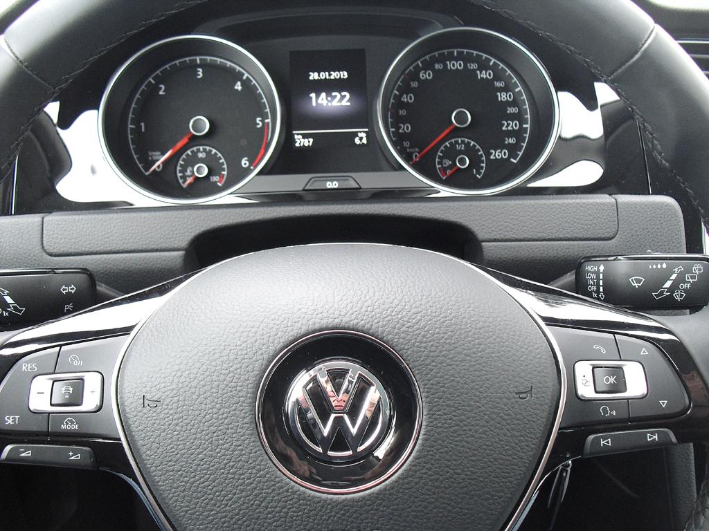 VW Golf 4Motion: Blick durch den Lenkradkranz auf die Rundinstrumentierung.