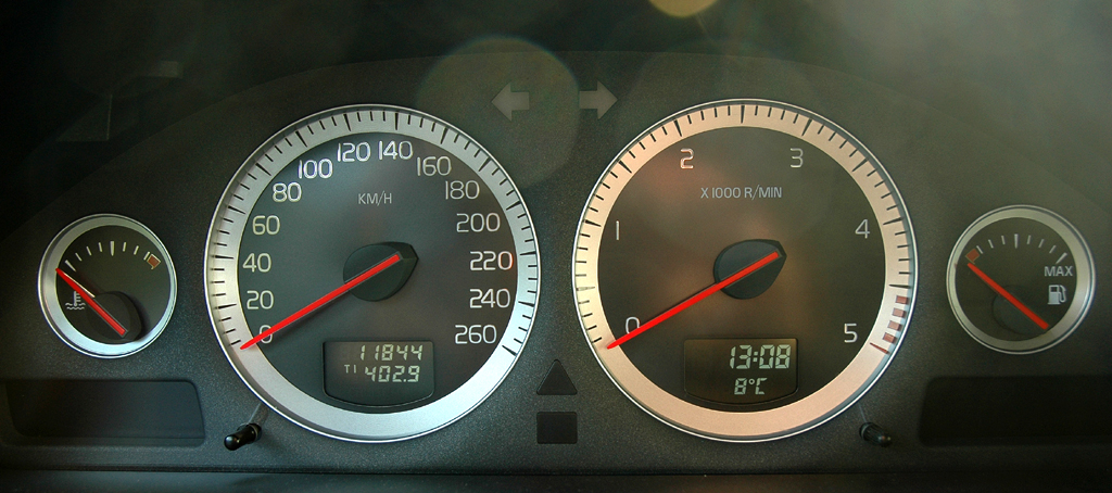 Volvo XC90: Blick durch den Lenkradkranz auf die Rundinstrumentierung.