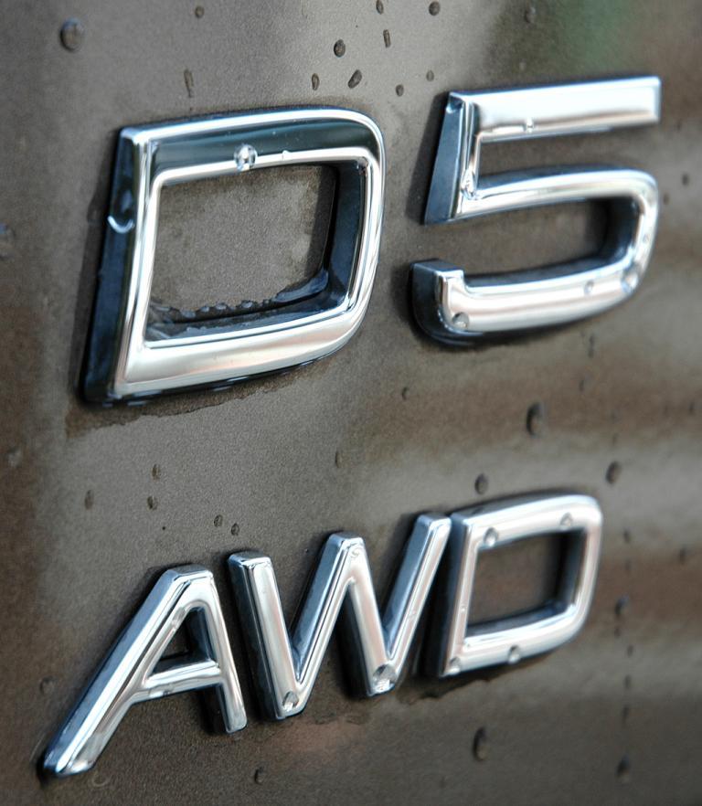 Volvo XC90: (Diesel-)Motorisierungs- und (Allrad-)Antriebsschriftzug am Heck.