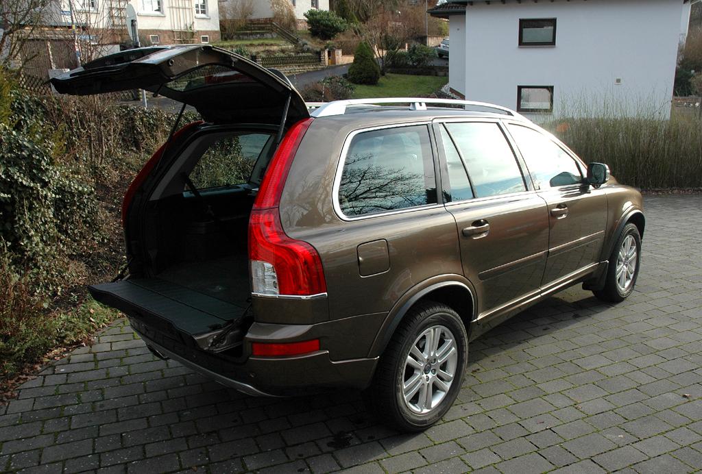 Volvo XC90: Ins Gepäckabteil passen 249 bis 1837 Liter hinein.