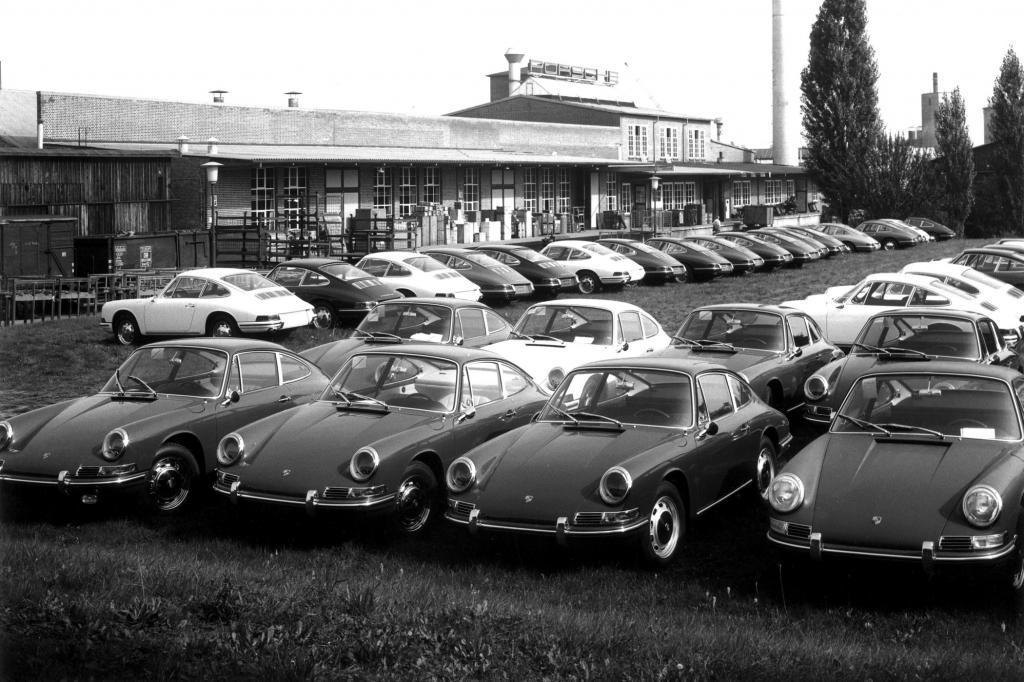 Vor dem Werk in Zuffenhausen ab 1965