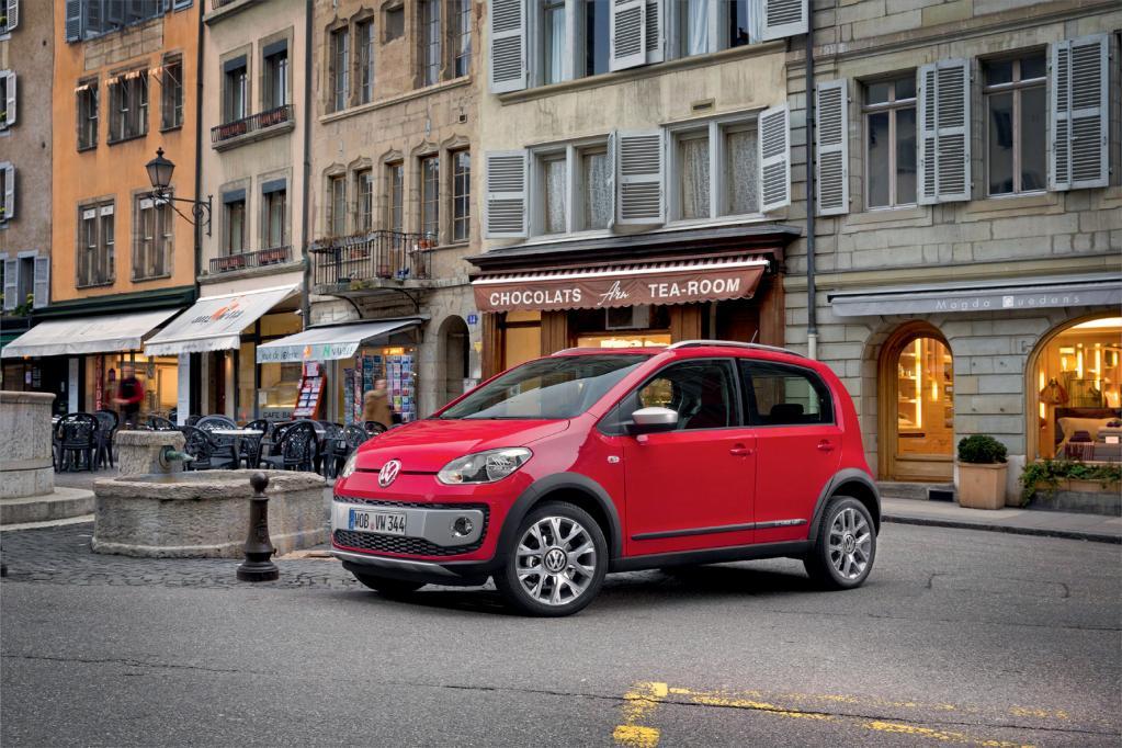 Ab Spätsommer kommt der VW Cross Up mit höher gelegtem Fahrwerk, 16-Zoll-Rädern und ausgestellten Radläufen in den Handel.