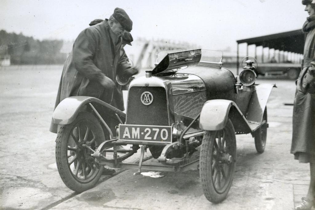 Aston Martin mit Gründer Lionel Martin 1922