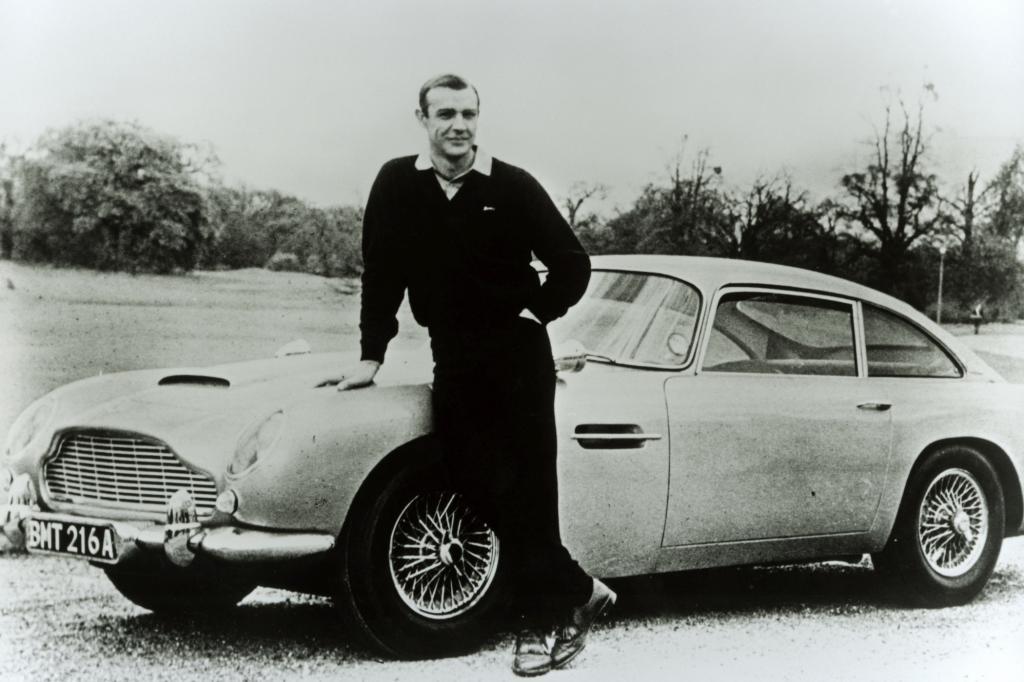 Aston Martin mit James Bond Darsteller Sean Connery
