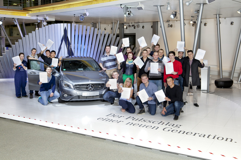Daimler-Azubis nehmen Abschlusszeugnisse entgegen